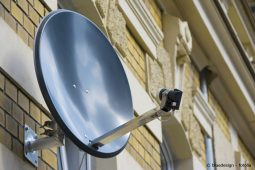 Satellitenanlage an Hauswand